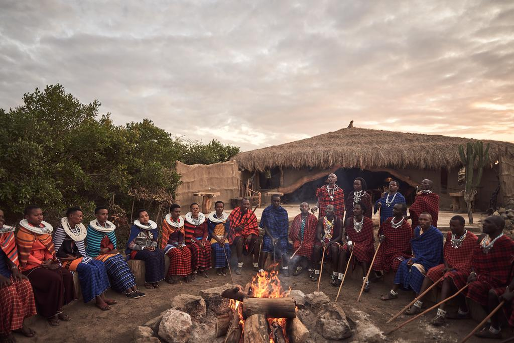 Le soir, les massais font un grand feu et se réunissent avec les hôtes pour répondre aux questions sur leur vie et leurs coutumes...