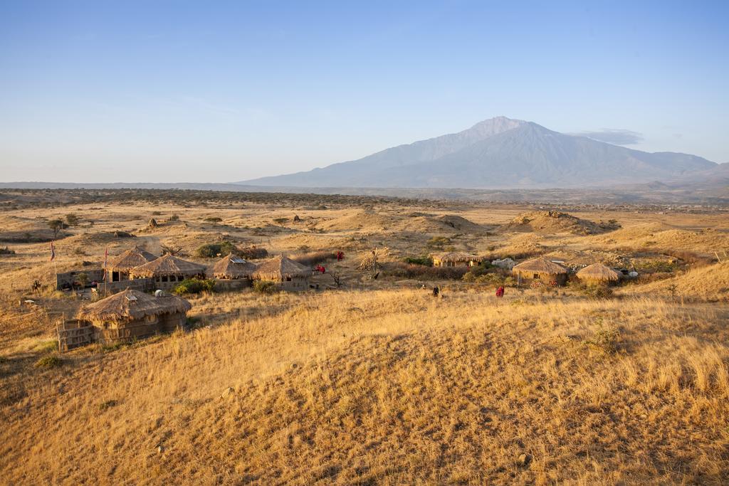 Village massai vu de loin. Les bungalows, en pleine Nature, offrent une grande intimité.