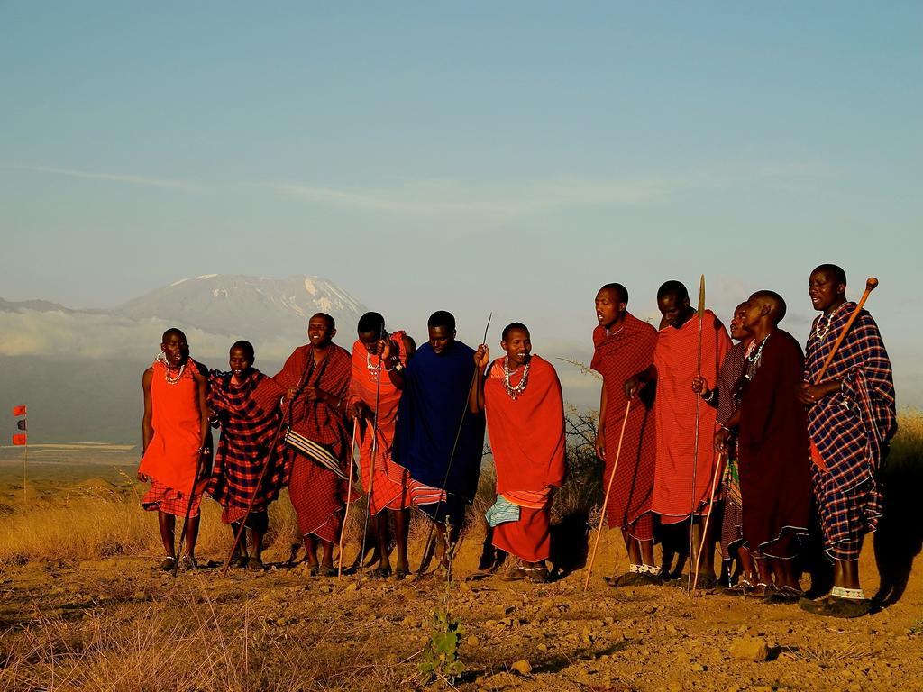 Massais devant le Kilimandjaro