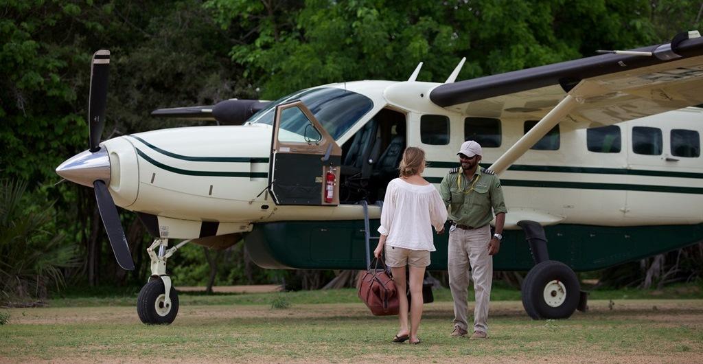 De petits Cessna vous transportent rapidement dans la savane